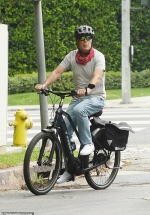 Bruce Willis keeps things cool riding an electric bike in LA in casual clothes