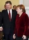 Poroshenko, Merkel discuss Minsk agreements implementation, release of hostages